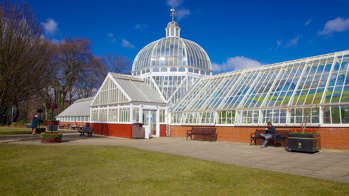室内の亜熱帯庭園や爬虫類・魚類の展示が楽しめる歴史的な公園