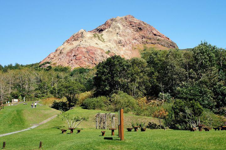 """北海道で""""奇跡の山""""と呼ばれる「昭和新山」の魅力とは"""