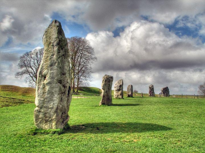 エーヴベリーの遺跡群は紀元前2500年頃の遺跡としてはヨーロッパ最大とされています。なんと直径350メートルもあります。大草原に広がる巨大サークルを見たら圧倒されること間違いなし!