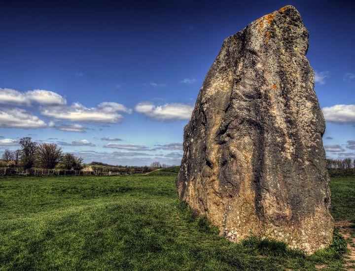 エーヴベリーの遺跡群の巨大石はイギリス、マールボロ地方から運ばれてきたとされています。ストーンヘンジの石と同じ石材が使用され、天然のまま保存されています。大自然を存分に味わうことができますね!