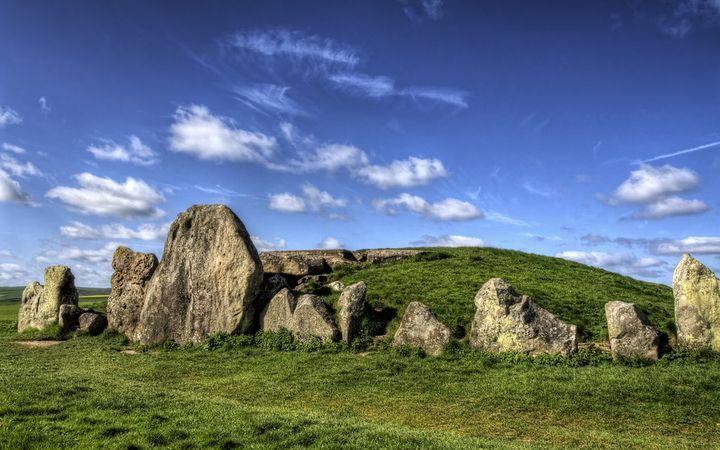 エーヴベリーの遺跡群は、ケルト民族の神官たちが神事を行った聖地と言われています。こちらでも夏至の日に神事が行われています。ストーンヘンジの夏至祭と併せてチェックしてみるのもいいですね!