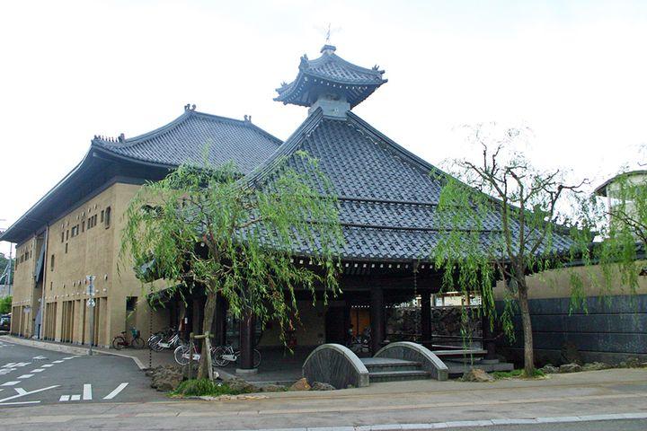 城崎温泉駅のすぐ側にあり人気!