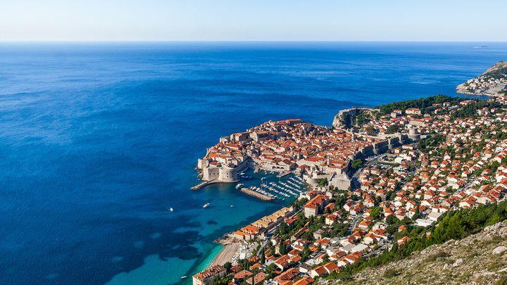アドリア海沿岸のダルマチア最南端にある街。本土とは陸続きになっておらず、ボスニアの海岸線に位置します。世界遺産のドゥブロヴニク旧市街はその美しさから「アドリア海の真珠」と呼ばれているほど。
