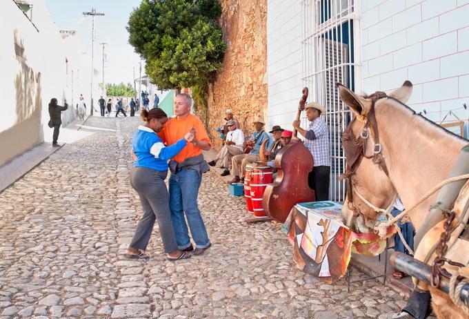 それから音楽とサルサも欠かせません。キューバンミュージックは世界的にも人気ですよね。サルサは若者もみんな踊れる国民的ダンス。