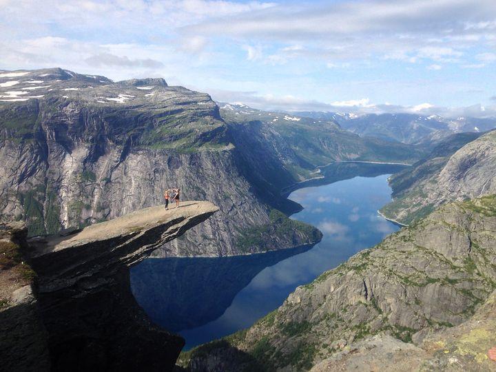 ノルウェー南西部、オッダの町の山にある絶景スポット。標高約1000m付近の断崖絶壁から突き出た岩盤が、ノルウェーで語り継がれる岩の妖精「トロル」の「舌」のように見えることから「トロルの舌」と呼ばれています。