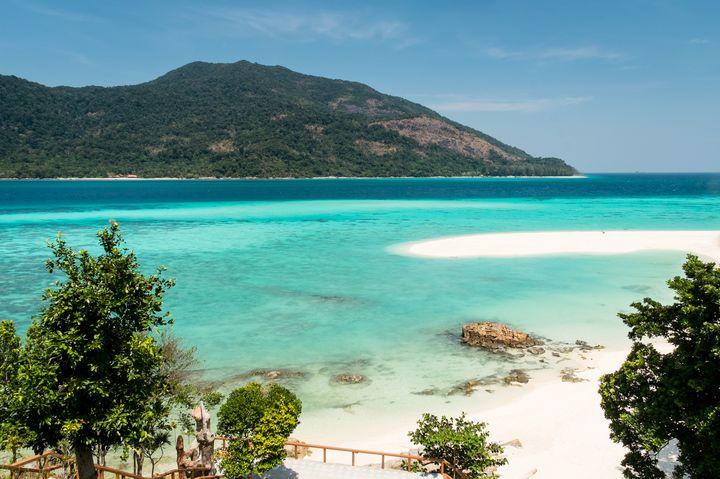 モルディブに匹敵する絶景ビーチ!タイ最後の楽園「リペ島」が美しすぎる