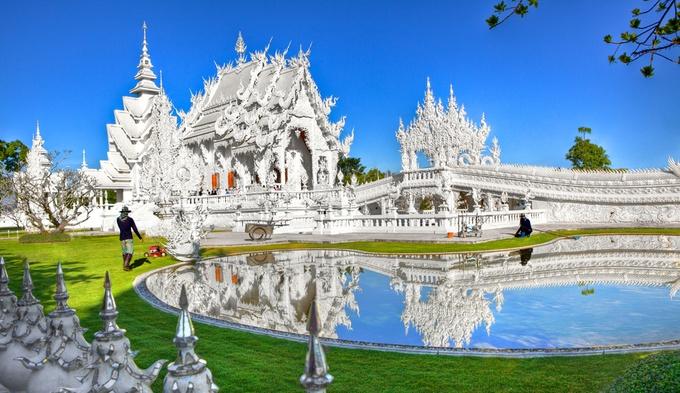 また、こんな壮大なお寺も。タイの人は見た目を大事にするので、豪華絢爛なお寺がたくさんあります。