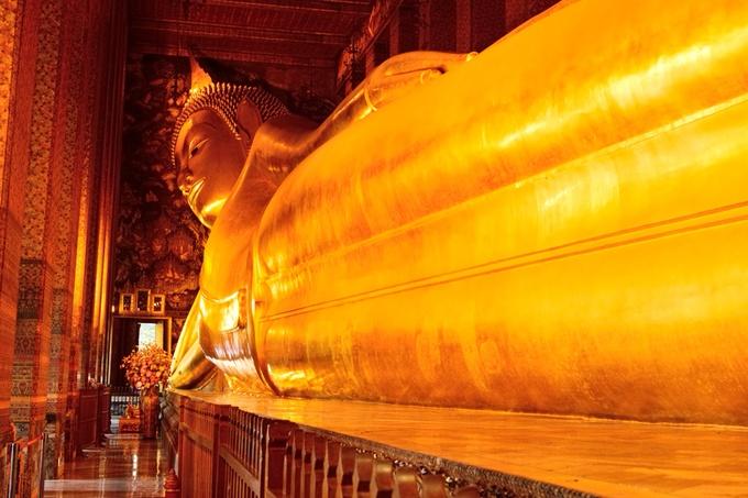 バンコクの有名なお寺「ワット・ポー」には巨大な涅槃仏が。必見です。