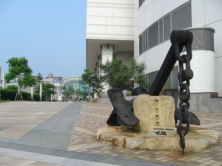 高松駅前広場の一角に建てられている。
