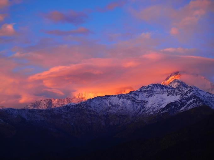 苦労した末に見られるヒマラヤ山脈は言葉にならないほど美しいです。