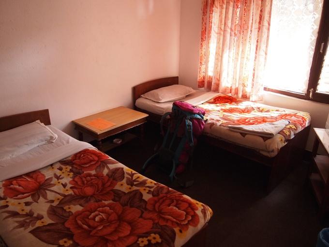 シャワー、トイレ付きの二人部屋で1000円ほど。ドミトリーなら300円以下で泊まれます。