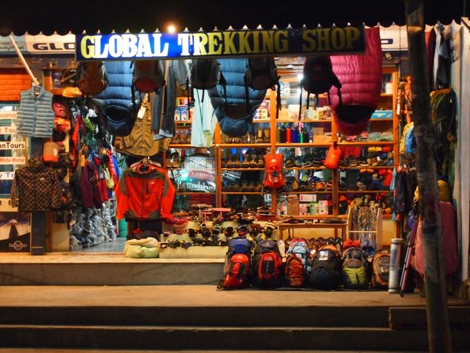 物価が安いためトレッキングの用具をネパールに来てから現地で買う人も多いです。
