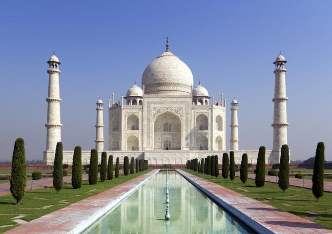 インド北部アーグラにある、ムガル帝国第5代皇帝シャー・ジャハーンが、1631年に死去した愛妃ムムターズ・マハルのため建設した総大理石の墓廟。