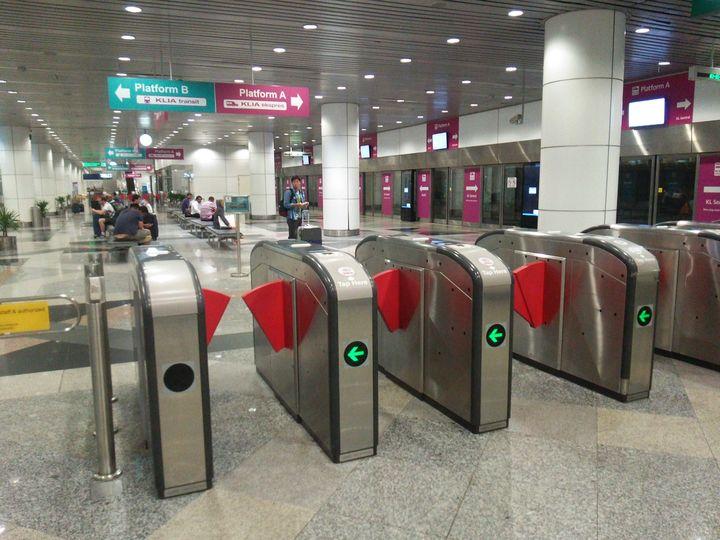 改札ゲートのQRコードリーダーでチケットを読み取り、駅構内で電車を待ちます。朝や夜の忙しい時間帯には15分間隔、それ以外は20分間隔で運行。所要時間は約3分とあっという間です。