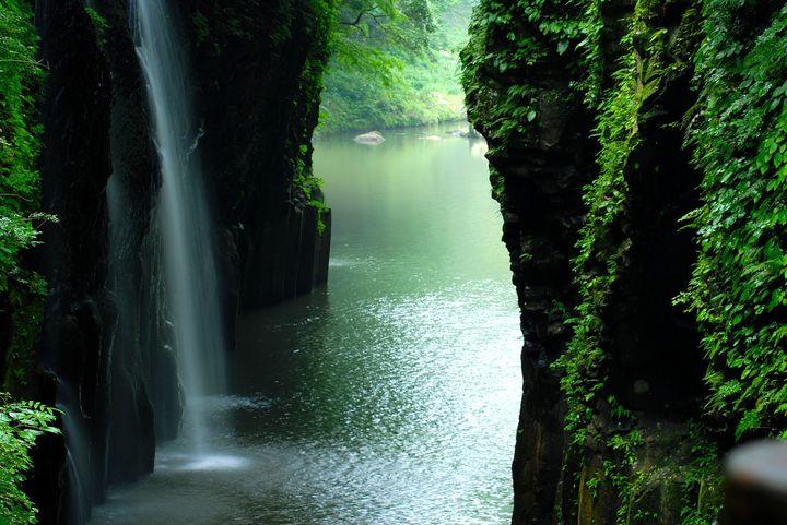 """死ぬまでに一度は行きたい!日本国内の""""神秘的すぎる滝""""5選"""