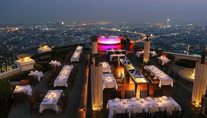 高級ホテルの屋上のスカイバーも入場料含むカクテル1杯1000円以内とお得!