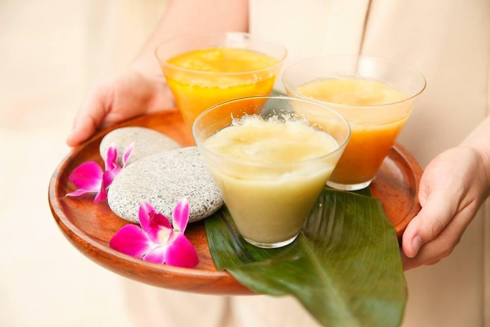 ハワイ伝統のアラエラシーソルトを使ったマッサージはキネヘというフラワーエッセンスのアロマセラピーとの組み合わせ。
