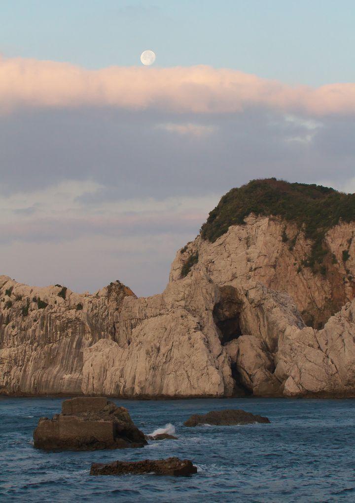 そこは日本のエーゲ海!白と青のコントラストが美しすぎる「白崎海岸」とは