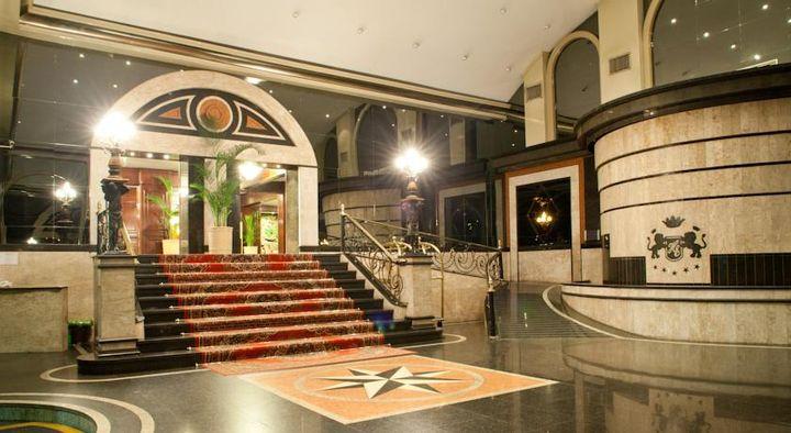豪華な大理石で飾られたエレガンスなロビーで出迎えてくれるホテル
