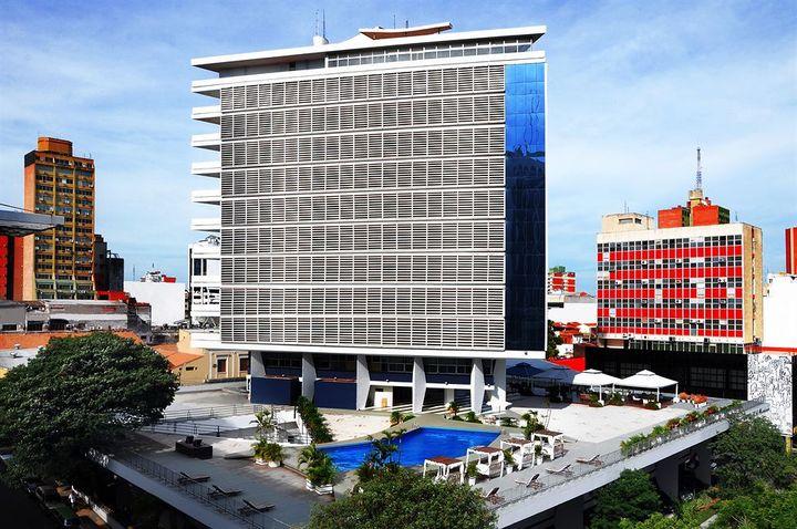 街の中心部の独立広場の目の前にある4つ星ホテル
