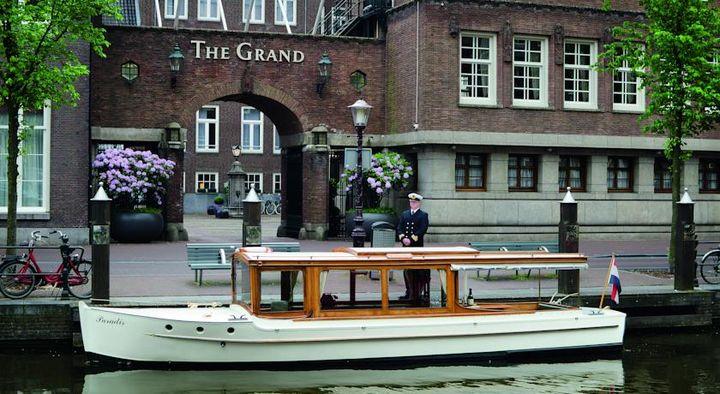 アムステルダムの中心部にあり、ダム広場から徒歩わずか5分の豪華な5つ星のホテル
