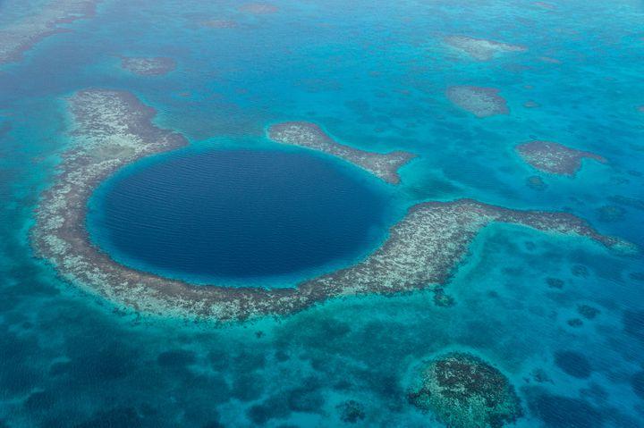 カリブ海の宝石を探検!海にポッカリあいた【グレート・ブルーホール】が神秘的