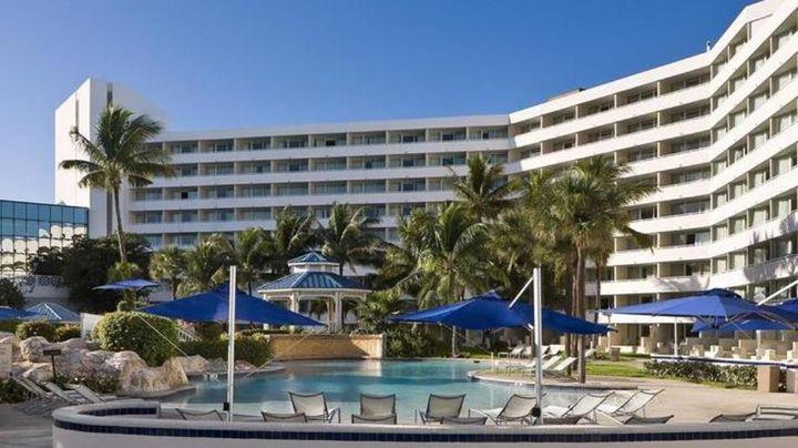 白を基調とした美しい外観が特徴的なホテルです。
