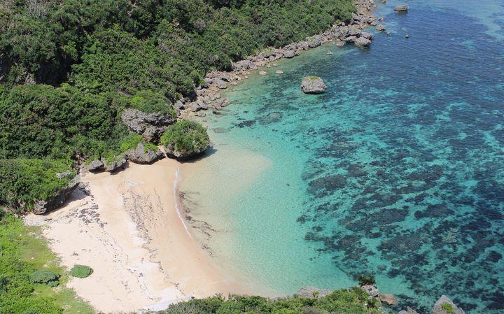 知る人ぞ知る神秘の光景!沖縄最後の秘境「果報バンタ」は想像を超える美しさ
