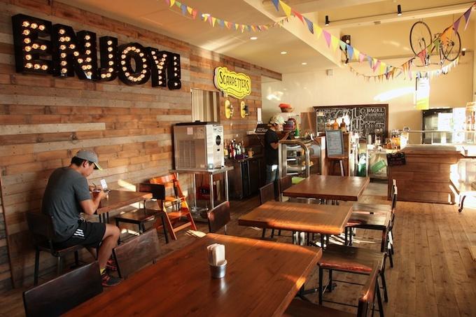 丸焼きチキンを扱うChicken House、天然酵母ベーグルのCactus Eatrip、NY風ミートボールとスラッシュが味わえるthe Scarpetters、ドリンクやデザートを楽しめるカフェSeaglassという、県内でも人気のこだわりの4つの店舗が合わさった、日本では珍しいスーパーミニ・フードコート。