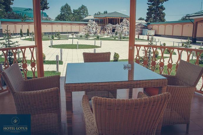 ホテルの前に広がる整備された庭園が美しいホテル