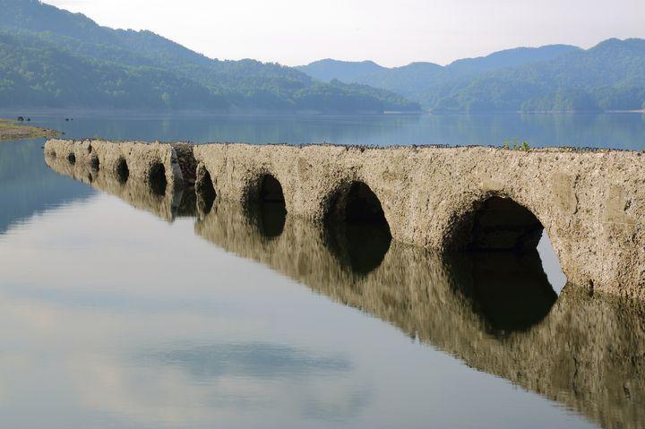 こんなの見たことある?北海道の「タウシュベツ橋梁」が幻想的で綺麗!