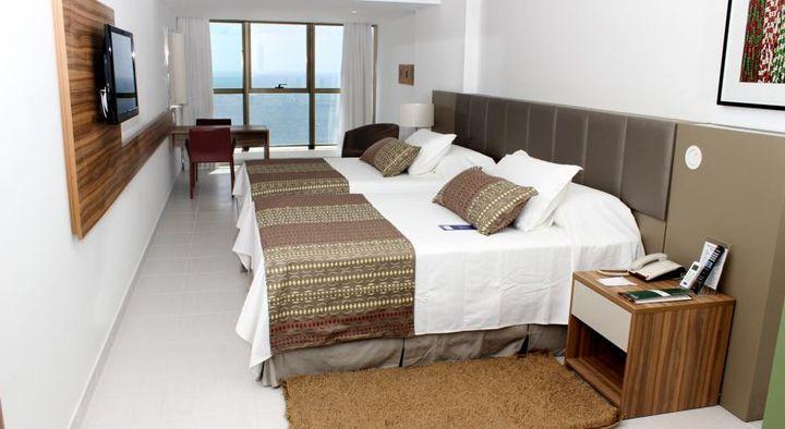 部屋の窓からは海がビーチが一望できます。