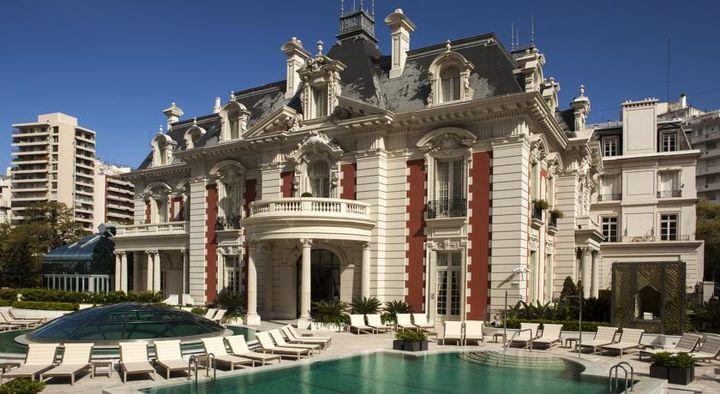 魅力的な庭園、おしゃれなグルメレストランやバーがある宮殿のような5つ星ホテル