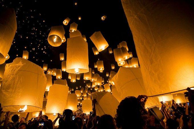 塔の上のラプンツェルのモデル!タイの「コムローイ祭り」が幻想的すぎる