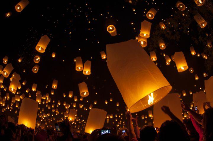 世界一幻想的な夜を過ごす。タイの「コムローイ祭り」が幻想的すぎる