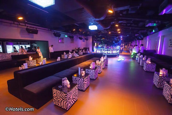 元々は hollywood discotheque patongとゆうクラブでしたが、最近リニューアルされてVIP ROOMと名前も新たにオープンしました。中規模な箱で、混み過ぎず少な過ぎずで、個人的にとても居心地の良いクラブでした。