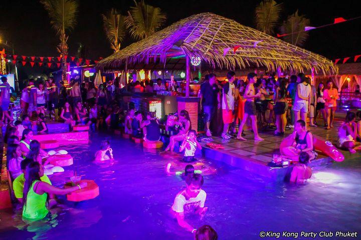 ちょっとクラブとは違いますが、オススメのため特別枠で紹介します。バングラから少し離れたところにあるKingKong PartyClubとゆうウォーターパーク。離れているためか日本では、まったくの無名なコチラの場所ですが、昼はテーマパークのようなプールが楽しめ、夜はクラブのようなプールパーティーが楽しめちゃいます!日本だとなかなかプールパーティーを開催している場所はないですので、プーケットに来たら体験してみてはいかがでしょうか?