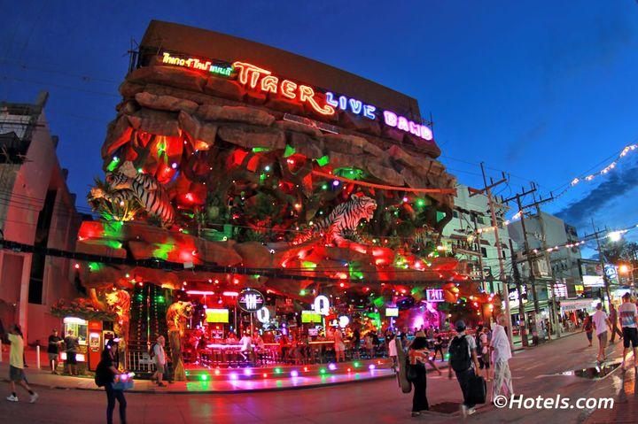 プーケットで1番有名なクラブ。バングラロードに行ったことがある方は必ず見たことがあるのではないでしょうか?ド派手な虎のオブジェにギラギラと光るネオンと外観から、とても目立ちます。内装も凝っていて虎に囲まれたフロアはクラブが、あまり好きでない方でも一見の価値はあるかと思います。