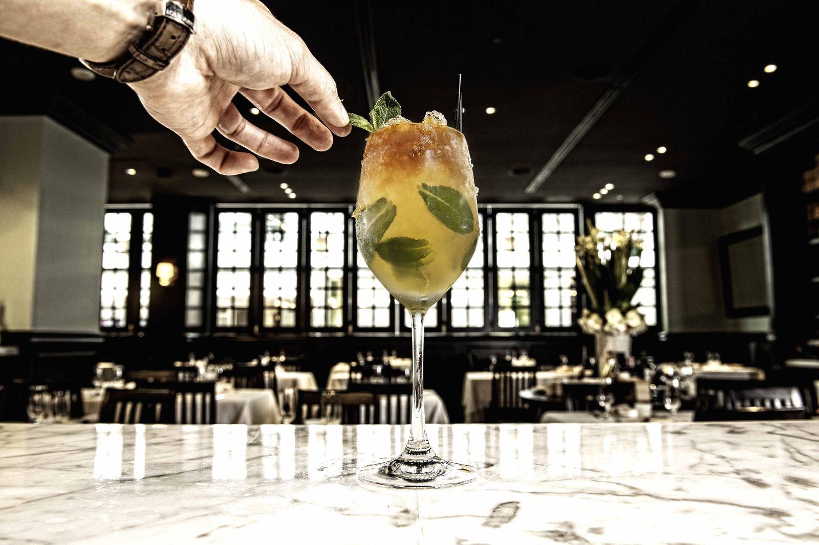 レストランの中心には独立した「モッツァレラバー」があり、フレッシュなチーズもいただけます。併設のバー「Amaro Bar」にはイタリアの伝統的なハーブ系リキュールを使ったカクテルも。