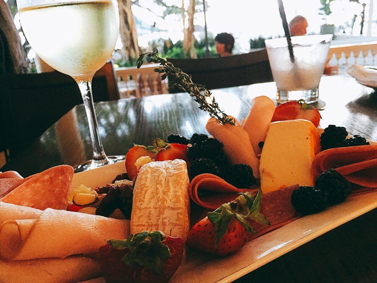 もっとたっぷり喋りたい!場合には、バニヤンツリーを見下ろすテラスの「Vintage 1901(ヴィンテージ1901)」で、ひと盛り上がりしてからレストランに行くのもオススメ。世界のクラフトビールやワインをグラス1杯からいただけるほか、シグネチャー・カクテル「サッシー・スパイクド・サングリア」も人気です。