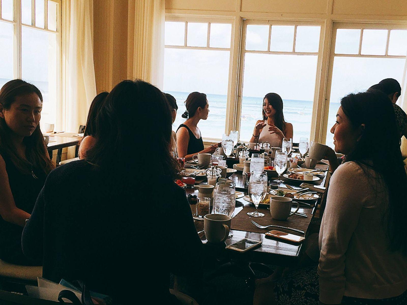 気の置けない友だちと、たっぷりおしゃべりしたら、もうそれだけで、元気回復。そんなガールズトークにぴったりのレストランやカフェも、モアナ サーフライダーの中にあります。こちらは、「the veranda(ザ・ベランダ)」の朝食ビュッフェでの一コマ。