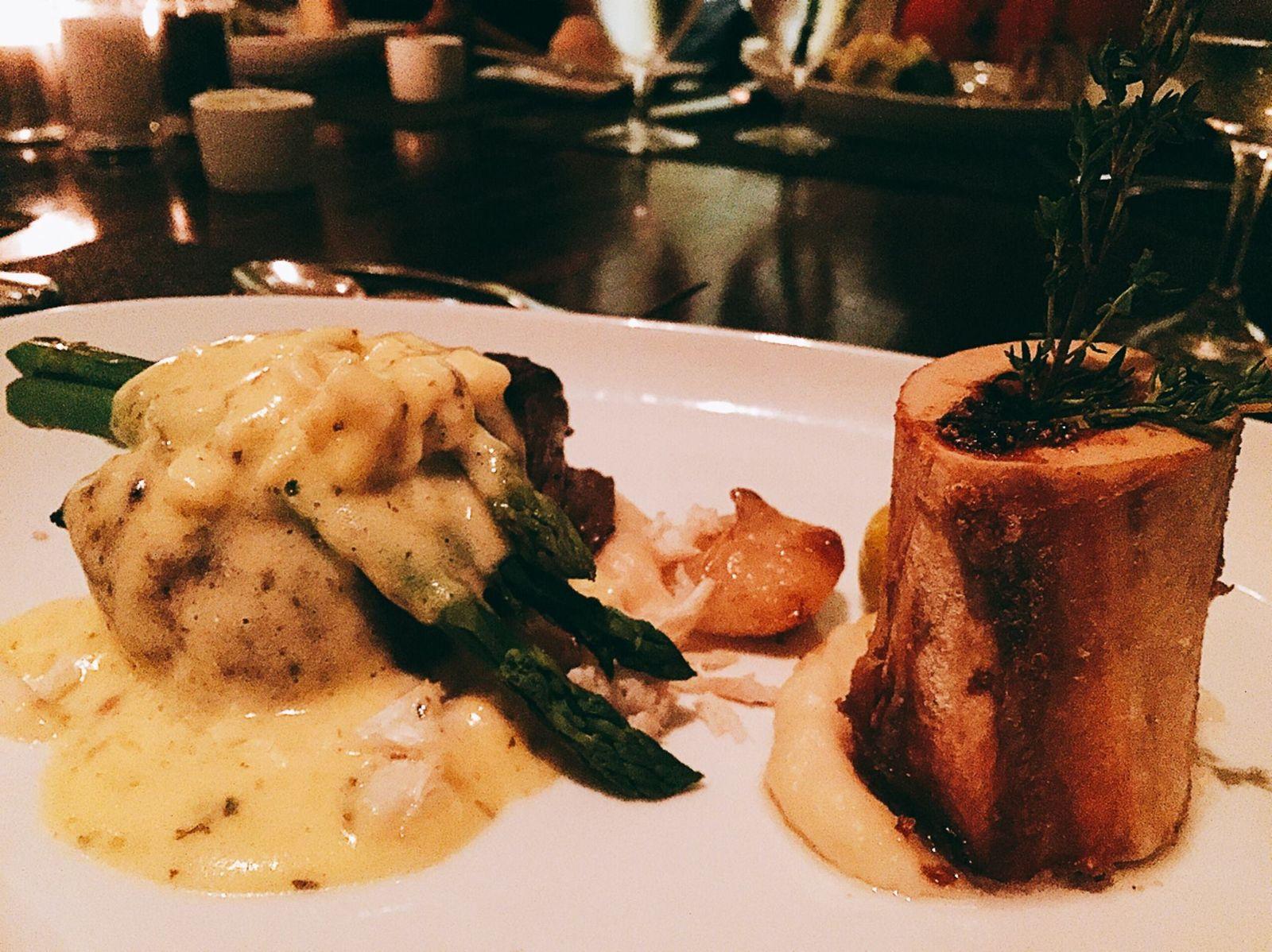"""こちらは、「シェフ、デビッド・ルケラの特製コースメニュー (chef david lukela's prix-fixe menus)」のメイン料理の一つ、「グリルドステーキ """"オスカー""""」。カニの身やアスパラガスのあしらわれた特製ソースが濃厚で、ボリュームもたっぷり。肉好き女子も大満足!"""