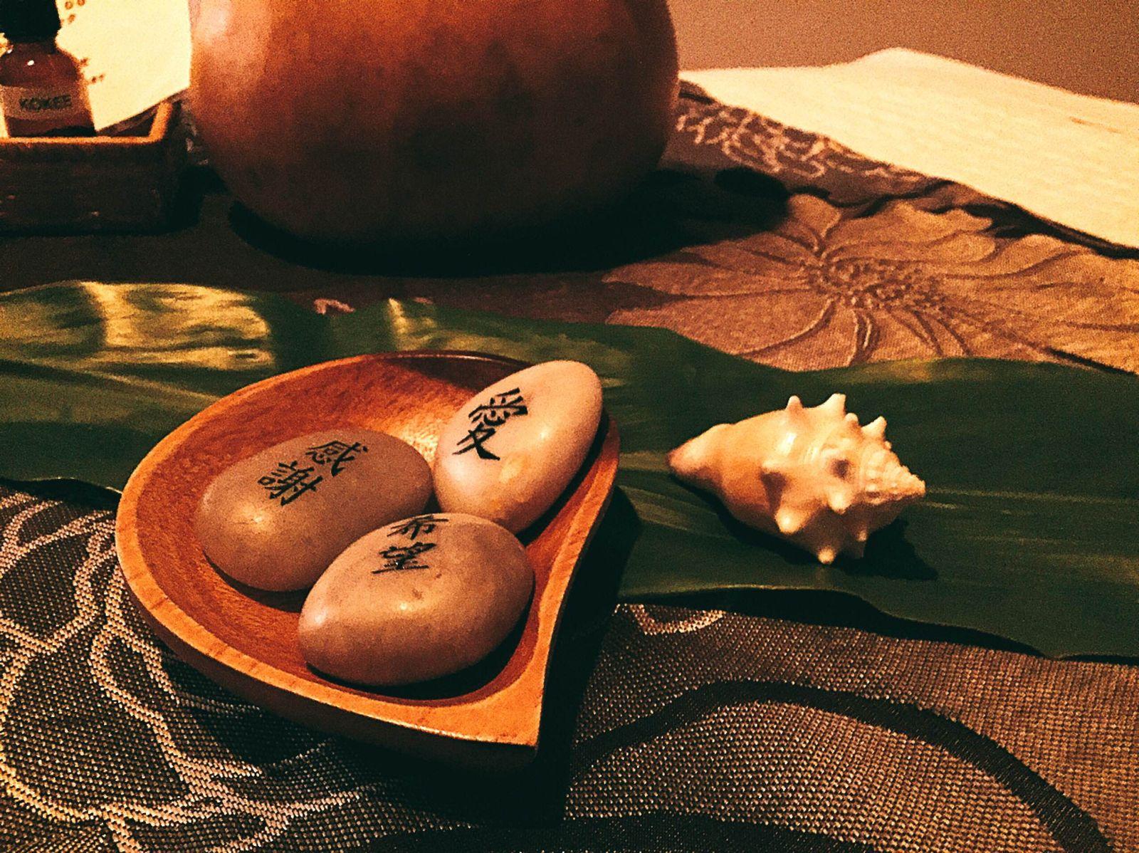 """ちなみにモアナ ラニ スパでの施術は、癒しと回復効果があると言われるハワイの伝統的な海塩「アラエア」の入った木のボウルに、心の悩みや疲れを移し入れる""""儀式""""からはじまります。利用客の悩みを受け取った塩は1日の終わりに海に流すのだとか。「愛」や「希望」といったポジティブな要素を刻んだホットストーンでの施術もあります。その思いやりに、身体だけではなく、気持ちも癒されちゃいますよね。"""