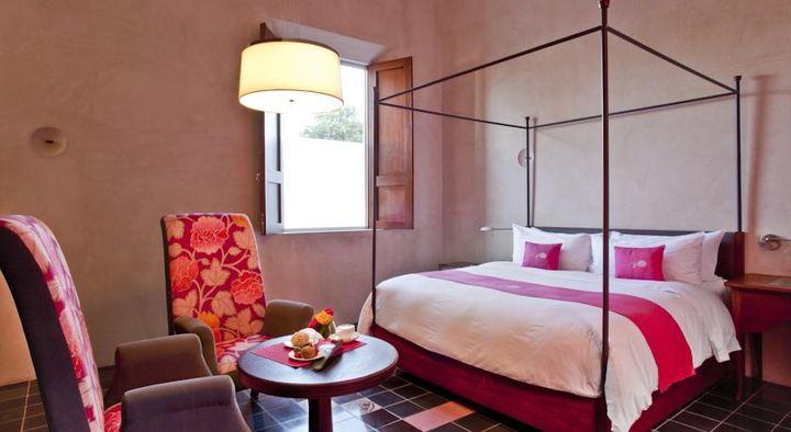おしゃれなピンクのホテルです。