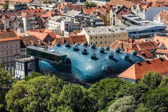 周りには伝統的なオーストリアの建物が立ち並んでいるのに対し、この建物は目立ちますね!まるで空舟が着地したようです!