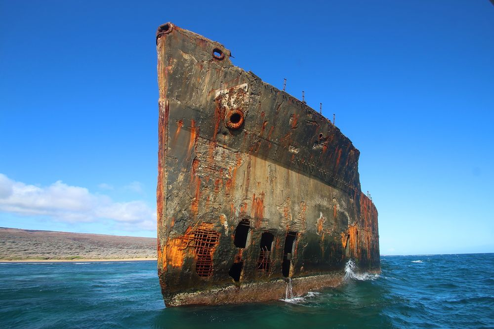 座礁したまま残された難破船の見られる「シップレック・ビーチ」。船は1940年代のタンカーと言われていますが、波や風に長くさらされた結果として錆びて朽ち、その姿が海にどこにもない印象的な光景を作り出しています。