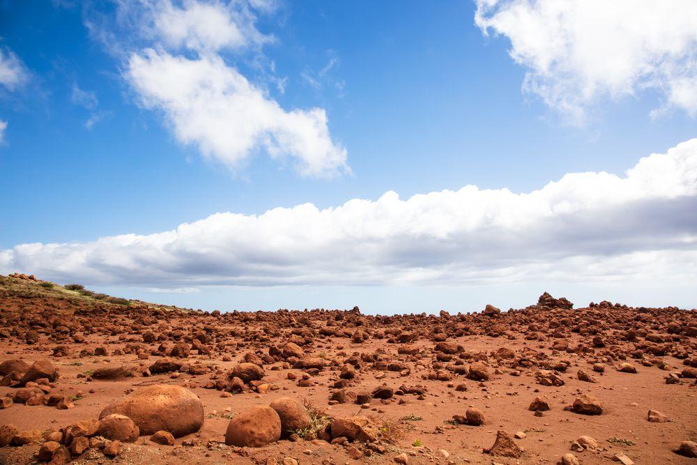 ラナイ島は手つかずの自然がいまも多く残された島。独特の素晴らしい自然景観にも出会えます。こちらはラナイシティから約40分。ゴツゴツとした未舗装の道ポリフアロードの終点にある環境保全エリア「ケアヒアカヴェロ」。巨大な岩の点在する樣がまるで月面のよう。