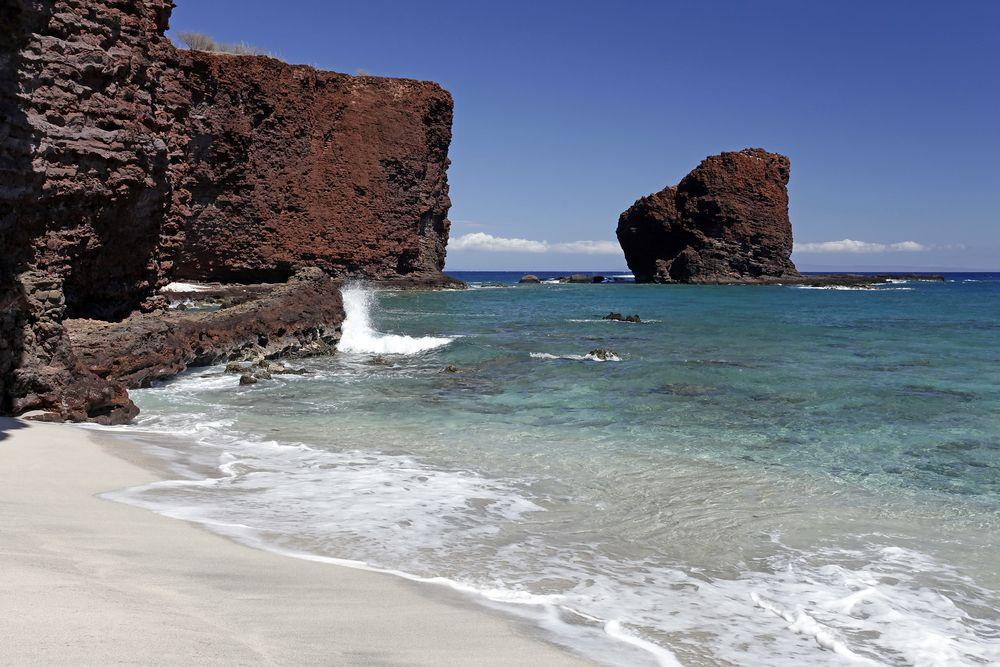 フロポエ湾とマネレ湾という2つの湾の間にある島のシンボル「プウ・ペヘ」。恋する女性ペへの死を嘆いた島の戦士マカケハウがその亡骸を埋葬し、自らは荒海に身を投げたという切ない物語の残る場所でもあります。