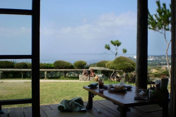 こんな美しい景色を、まるでおばぁの家でくつろぐような気分で楽しめます。