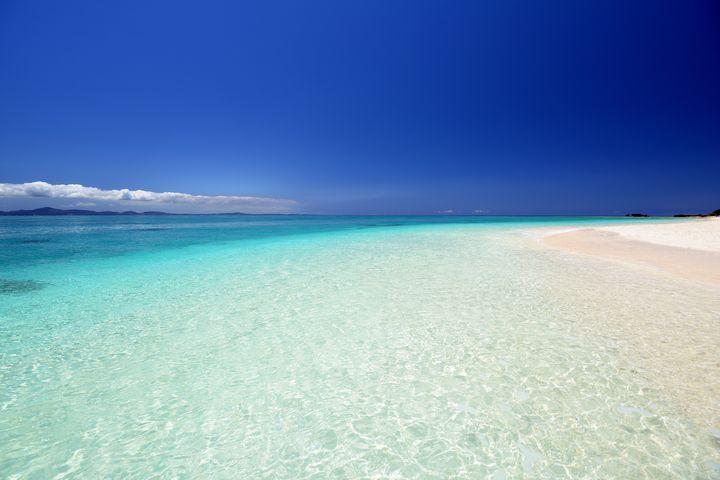 沖縄本島から15分!天国のビーチが広がる「水納島」が秘境すぎる